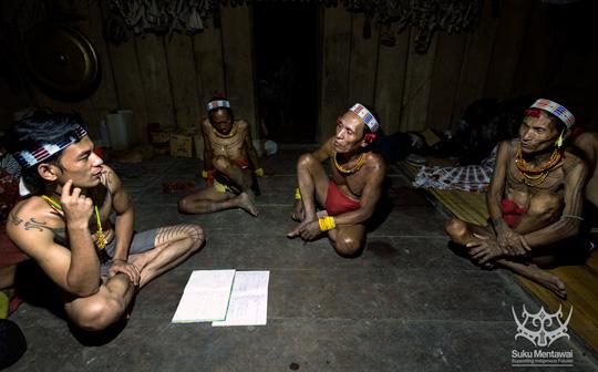 Direktur program, Esmat Sakulok, mengumpulkan penelitian budaya di Mentawai