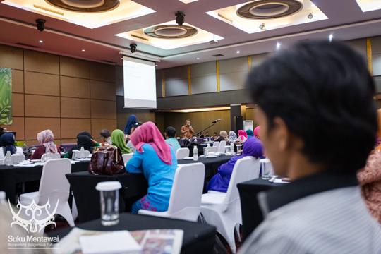 Suku Mentawai direktur, Esmat Sakulok, mendengarkan Dr. Bambang Rudito berbicara tentang budaya Mentawai