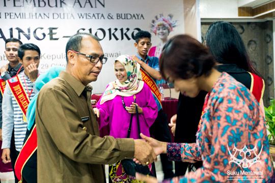 Mentawai Bupati, Yudas Sabaggalet, pertemuan dengan pendukung selama kampanye pemilu setempat 2017