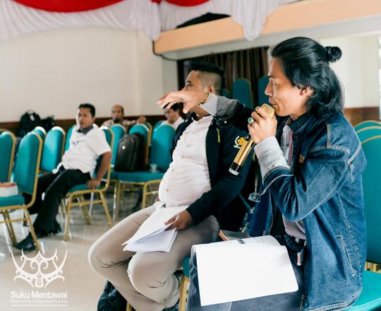 Direktur Suku Mentawai, Esmat Sakulok, membahas perencanaan pembangunan pariwisata Mentawai di sebuah acara di Tuapejat.