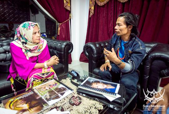 Direktur Suku Mentawai, Esmat Sakulok, membahas strategi berbasis budaya-jawab, ekowisata baru dengan kepala departemen, Ibu Desti.
