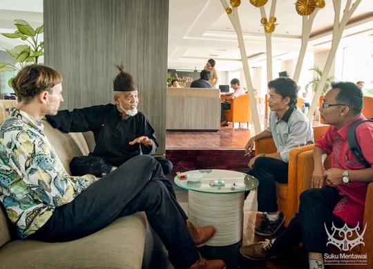 Membahas budaya Minangkabau dan Mentawai dengan sesepuh dan budayawan, Musra Dahrizal katik Jo Mangkuto