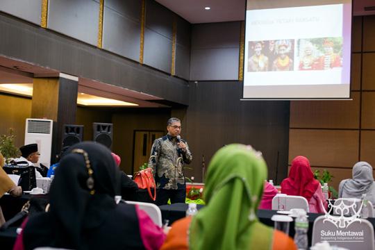 Universitas Andalas Profesor ilmu sosial dan politik, Pak Nusyirwan Effendi, membandingkan budaya Mentawai dan Minangkabau