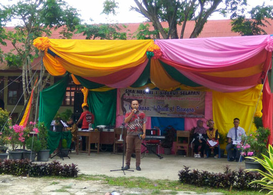 Yayasan Pendidikan Suku Mentawai secretary presents the cultural education program to school and government officials